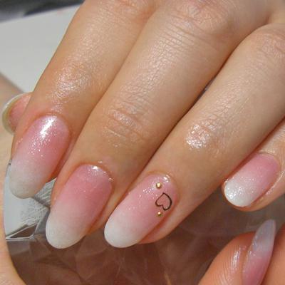 ピンクから白にグラデーションしてます。 全体に微細ラメをかけたら、氷いちごミルクみたい! 可愛いです。