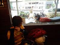 喫茶店の窓の外には往年のCB750K7?