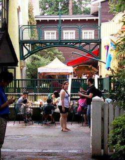 出口から中を見ると・・・独特の建物と人たち。