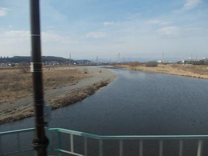 多摩川をわたる京王線車窓から日野市方面を見る