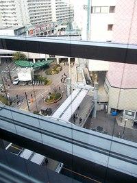 エレベータ窓から駅を見下ろす.7階です。