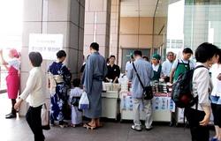 立川駅前は花火大会で着物姿が多い