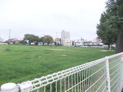 駅前地区に空き地がありました。