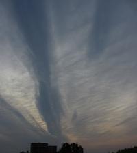 縦に雲が走る朝