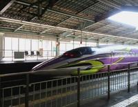 「エヴァンゲリオン」仕様のレア新幹線がやってきた!新神戸駅
