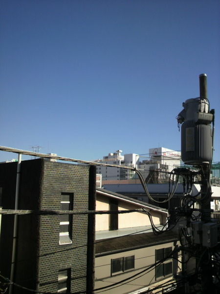 吉祥寺中道通りの3 階から見上げた空模様