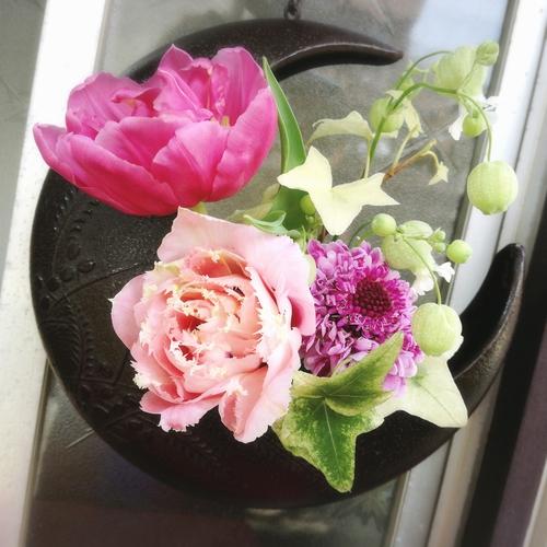 フラワーアーティスト柴田真美さんのブーケ(チューリップ、スカビオサ、グリーンベル、アイビー)と三日月型の花器