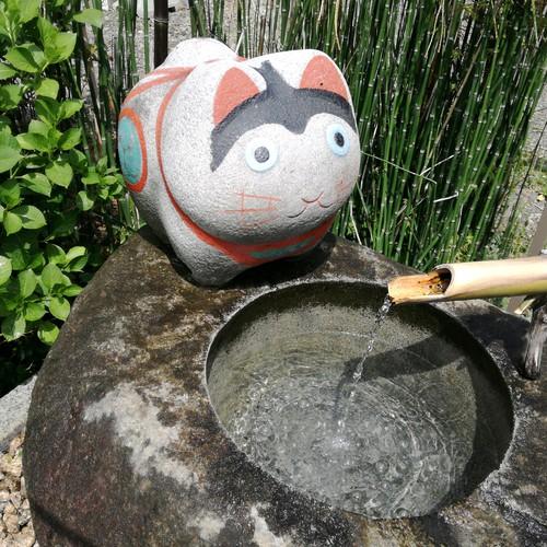 阿豆佐味天神神社・立川水天宮(猫返し神社)の【豊之泉】の張り子犬さん