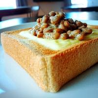 納豆チーズトーストに夢中♪