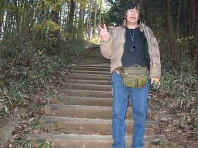 陣馬山の階段下りるのはきつい。