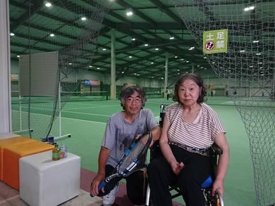 テニススクールに出かけていました。 妻も一緒です。