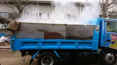 2トンダンプで堆肥運び