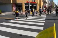 春の交通安全運動の8日目/調布市ミニバス「鬼太郎バス」と青空